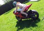 Photos des fesses de Akoya, moto