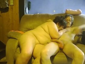 Videos de la sextape de Nounours33, caresses divan suite