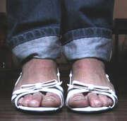 Photos des pieds de Chewise, sandales blanches