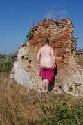 Photos des fesses de Carouso, au pied du mur