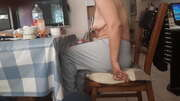 Photos des seins de Chipie8400, En buvant sa tasse de café le matin
